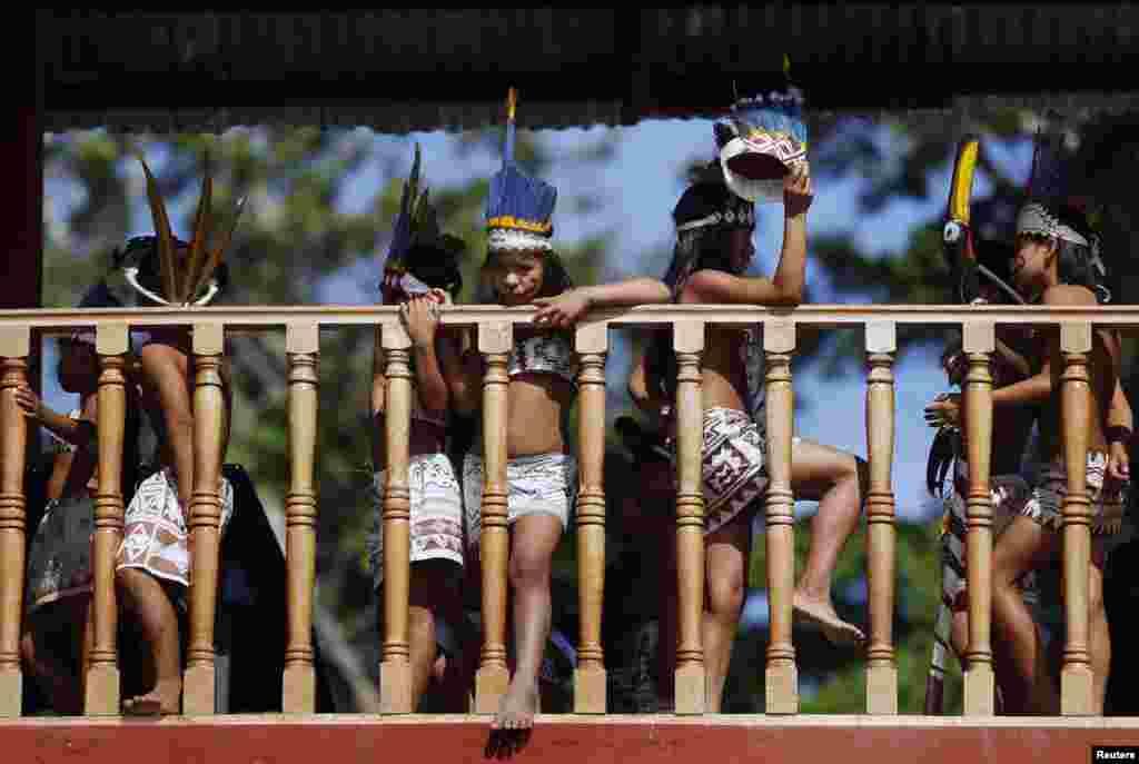 Djeca iz plemena Bora očekuju svečanost dobrodošlice za predsjednika u mjestu Iquitos, u Peruu.