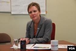 អ្នកស្រី Susan Markham អ្នកសម្របសម្រួលជាន់ខ្ពស់សម្រាប់សមភាពយេនឌ័រនិងការផ្តល់សិទ្ធិអំណាចដល់ស្រ្តីនៃទីភ្នាក់ងារសហរដ្ឋអាមេរិកសំរាប់ការអភិវឌ្ឍន៍អន្តរជាតិ (USAID)  ផ្តល់បទសម្ភាសផ្តាច់មុខដល់ VOA នៅឯស្ថានទូតអាមេរិក ក្នុងអំឡុងពេលទស្សនកិច្ចរបស់អ្នកស្រីមកកាន់កម្ពុជា កាលពីថ្ងៃទី៧ ខែឧសភា ឆ្នាំ២០១៥។ (នូវ ពៅលក្ខិណា/VOA)