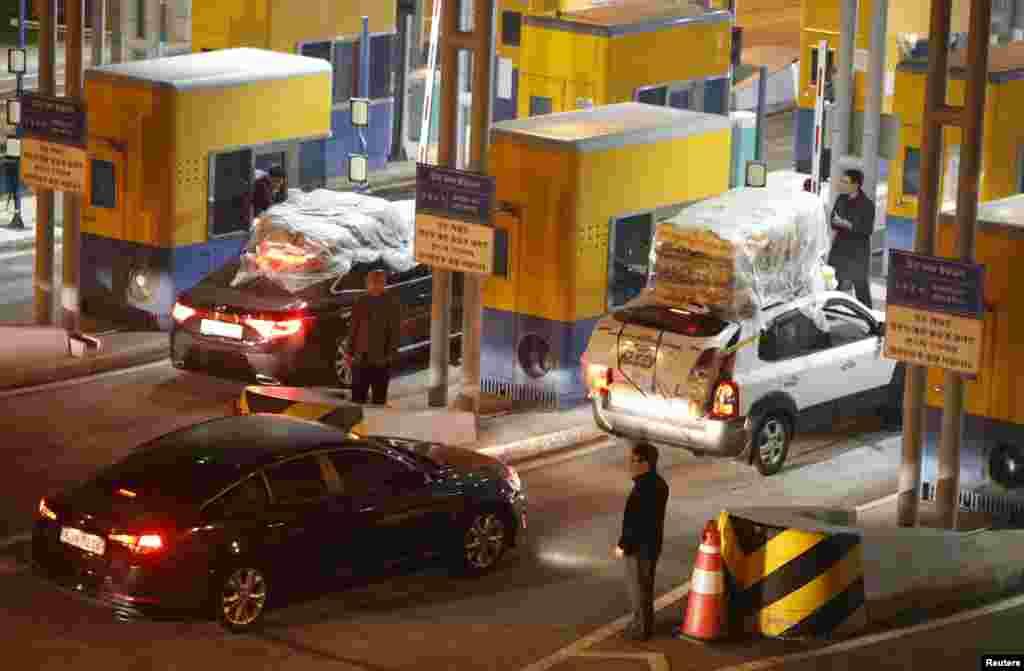 2013年4月30日,韩国车辆从朝韩开城工业园区返抵于坡州、紧挨非军事区南端界线的韩国海关移民与检疫办事处。