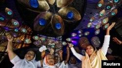 Janda-janda India ikut bergembira merayakan festival Hindu untuk memuja Dewi Durga di Kolkata (7/10). Banyak janda India yang masih ditelantarkan oleh lingkungannya.