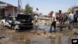 ພົນລະເມືອງພາກັນໄປເບິ່ງທີ່ເກີດເຫດໂຈມຕີດ້ວຍລະເບີດ ຢູ່ເມືອງ Karbala ຢູ່ທາງພາກໃຕ້ຂອງປະເທດ ທີ່ເປັນເມືອງຂອງຊົນເຜົ່າ Shiite ແລະຢູ່ 80 ກິໄລແມັດ ຫ່າງຈາກນະຄອນ Baghdad ຂອງອີຣັກ ໃນວັນຈັນ ທີ 29 ເມສາ 2013.