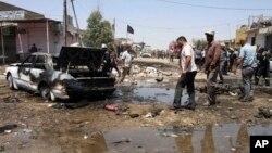 Cư dân tụ tập tại hiện trường sau một vụ đánh bom xe tại thành phố phía nam Karbala, ngày 29/4/2013.