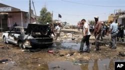 Cư dân vây quanh hiện trường một vụ đánh bom ở Karbala, ngày 29/4/2013. Một loạt các vụ tấn công đã giết chết nhiều người Iraq trong tháng 4, gây nên nỗi lo sợ là bạo động giáo phái vốn đã giết chết hàng chục ngàn người hồi năm 2006 và 2007 sẽ nổi lên trở lại.