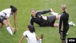 Para pemain Jerman sedang melakukan pemanasan dalam sesi latihan menjelang laga perempat final melawan Jepang di Wolfsburg, Sabtu (9/7).