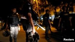 Le personnel de sécurité patrouille après une attaque d'hommes armés qui ont pris des otages dans un restaurant, dans la région de Gulshan, à Dhaka, Bangladesh, 2 juillet 2016. REUTERS / Mohammad Hossain Ponir