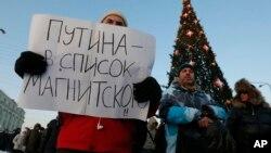 """Người biểu tình trong thành phố St. Petersburg, Nga, cầm tấm bảng với hàng chữ 'Hãy thêm tên Putin vào danh sách Magnitsky"""", 15/12/12"""