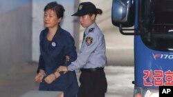 Mantan Presiden Korea Selatan Park Geun-hye tiba di pengadilan Seoul, Korea Selatan hari Senin (16/10).
