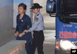 지난 16일 한국의 박근혜 전 대통령(왼쪽)이 서울 중앙지법 속행재판에 출석하기 위해 호송차에서 내려 법정으로 향하고 있다.