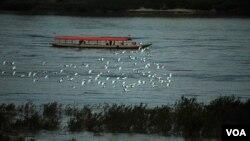 湄公河是泰国和老挝的界河,当地渔民说,湄公河的水位正在逐年降低 。(美国之音 朱诺拍摄,2013年1月10日)