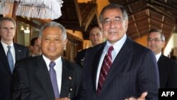 Bộ trưởng Quốc phòng Indonesia Purnomo Yusgiantoro, trái, bắt tay Bộ trưởng Quốc phòng Hoa Kỳ Leon Panetta trong cuộc họp song phương ở Nusa Dua, Bali, Indonesia, Chủ Nhật, 23/10/2011