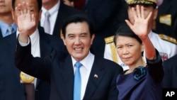 台湾总统马英九和夫人周美青在台北庆祝双十节的典礼上挥手致意(2015年10月10日)