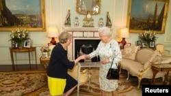 Ratu Elizabeth dari Inggris menyambut Perdana Menteri baru Theresa May di London, 13 Juli 2016.