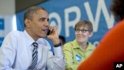 Presiden Barack Obama menelepon para sukarelawan kampanye di negara bagian Wisconsin dari kantor kampanye kubu Obama di Chicago (6/11).