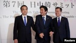 (左起)中國總理李克強、日本首相安倍晉三和南韓總統文在寅在成都出席中日韓領導人峰會。(2019年12月24日)