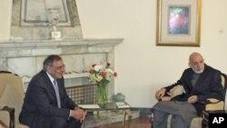 Tổng thống Afghanistan Hamid Karzai (phải) hội đàm với Bộ trưởng Quốc phòng Hoa Kỳ Leon Panetta ở Kabul hôm 15/3/12