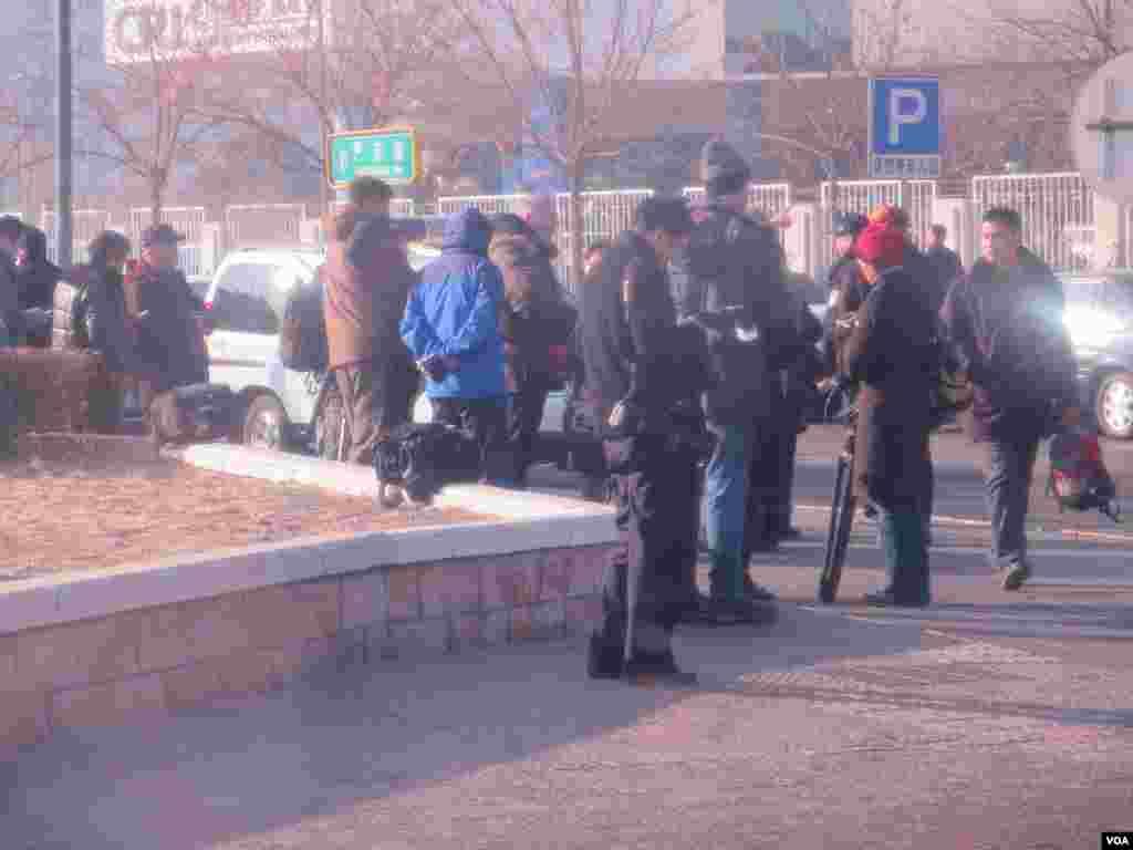 警方不准记者靠近北京第一中级法院 ( 美国之音东方拍摄)