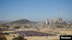 Mineiros aguardam entrada na mina de platina de Marikana na África do Sul