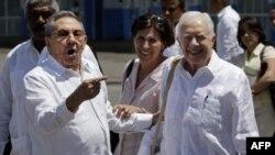 Ліворуч: президент Куби Рауль Кастро та екс-президент США Джиммі Картер