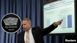 五角大楼防止和应对性攻击办公室高级执行顾问内森·加尔布雷斯在五角大楼举行的新闻会上公布有关军中性攻击的年度报告。(2015年5月1日)
