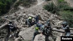 中国武警士兵在四川阿坝州九寨沟县附近发生强烈地震后抢救幸存者。(2017年8月9日)