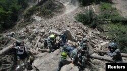 9일 중국 쓰촨성 아바현 주자이거우의 지진 피해 지역에서 구조대원들이 생존자를 구조하고 있다.