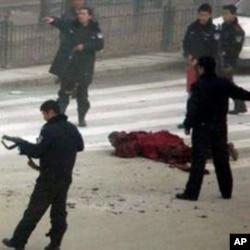 格尔登寺僧人扎白当街自焚被警方控制