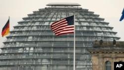La bandera de EE.UU. sobre la embajada estadounidense frente al Parlamento alemán, Bundestag, en Berlín, Alemania.