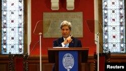 Menteri Luar Negeri AS John Kerry berbicara di Oxford Union di Oxford, Inggris (11/5). (Reuters/Peter Nicholls)