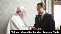 El papa Francisco regaló al actor estadounidense su encíclica donde trata el tema del calentamiento global. [Foto: Cortesía, Vaticano].