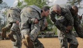 Đại úy Kristen Griest trong khóa huấn luyện để trở thành biệt kích.