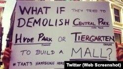 """İstanbullu göstericinin elindeki pankartta """"New York'taki Central Park'ı, Londra'daki Hyde Park'ı, Berlin'deki Tiergarten'ı AVM'ye çevirmek isteseler ne yapardınız. Burada bu oluyor"""" ifadesine yer verilmiş. (Twitter)."""
