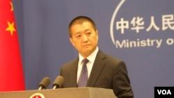 中国外交部新闻司司长兼发言人陆慷在外交部例行记者会上(2015年6月15日,美国之音东方拍摄)