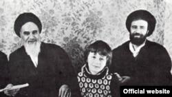 حسن خمینی (وسط) در کنار پدرش احمد و پدربزرگش آیت الله روح الله خمینی (چپ)