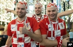 러시아 모스크바의 루즈니키 경기장에서 열린 2018 러시아 월드컵 준결승 크로아티아과 영국의 경기에서 크로아티아가 영국을 2-1로 이긴 가운데, 크로아티아 축구팀 팬들이 크렘린궁 인근 거리로 나와 승리를 축하하고 있다.