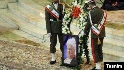 هرچند خانواده آقای هاشمی جزئیاتی از روز حادثه نمی دهند، این نماینده مجلس می گوید هاشمی در استخر سکته کرد.