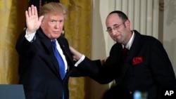 川普總統12月7日週四在白宮東廂與猶太拉比慶祝猶太光明節。
