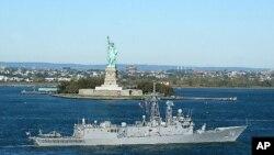 佩里级巡防舰美国辛普森号驶过纽约的自由女神像(资料照片)