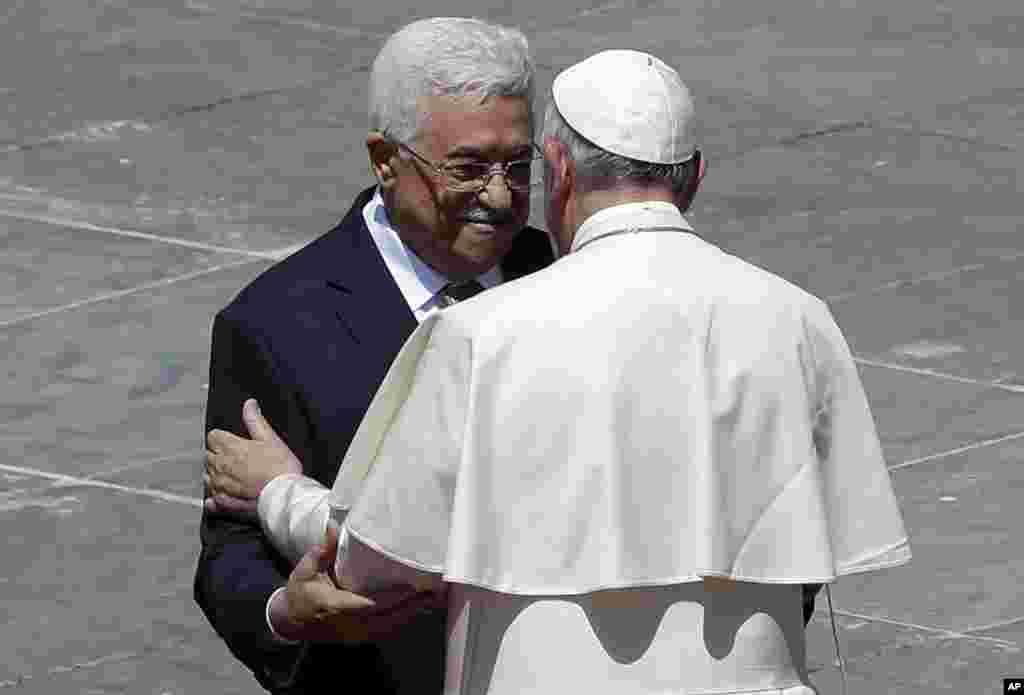 សម្តេចសង្ឃកាតូលិក ប៉ាប ហ្រ្វង់ស៊ីស (PopeFrancis) ជំណួបសំណេះសំណាលជាមួយប្រធានាធិបតីប៉ាឡេស្ទីន Mahmoud Abbas បន្ទាប់ពីពិធីតែងតាំងសន្តី នៅឯព្រះវិហារ St. Peter's Square នៅក្នុងបុរីវ៉ាទីកង់ កាលពីថ្ងៃទី១៧ ខែឧសភា ឆ្នាំ២០១៥។