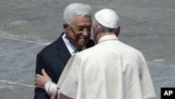 罗马天主教教宗方济各在梵蒂冈圣彼得广场举行封圣仪式后会见巴勒斯坦民族权力机构主席阿巴斯。(2015年5月17日)