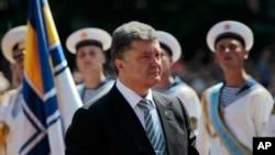 Presiden Ukraina Petro Poroshenko seusai upacara pelantikan di Lapanga Sophia di Kyiv, Ukraina (6/6).