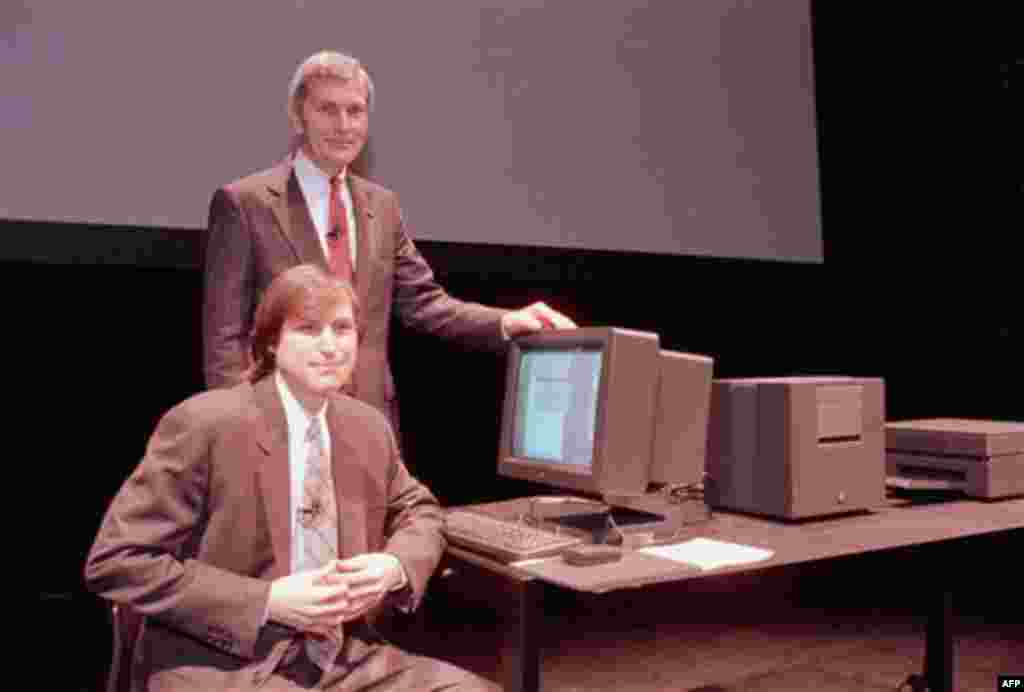 30 mars 1989. Steve Jobs në atë kohë me firmën NeXT Computer Inc., majtas, dhe David Norman, president i Businessland, duke qëndruar para një kompjuteri NeXT në San Francisco. (AP Photo/Paul Sakuma, File)