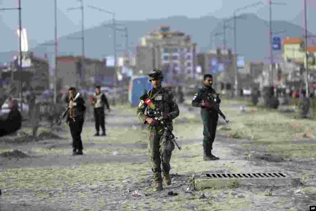 گروهی از نیروهای افغان در کابل بعد از انفجار یک بمب جمع شده اند. تحلیلگران میگویند اگر توافق آمریکا و طالبان امضا شود، میتواند به جنگ ۱۸ ساله پایان دهد.