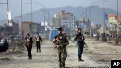 Des agents de sécurité afghans sur un site de l'explosion d'une bombe à Kaboul, en Afghanistan, le mercredi 26 février 2020. (Photo AP / Rahmat Gul)