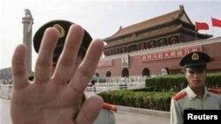 北京武警阻擋記者拍攝 (資料圖片)