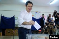 ນາຍົກລັດຖະມົນຕີ ກຣິສ ທ່ານ Alexis Tsipras ປ່ອນບັດອອກສຽງ ຢູ່ສະຖານທີ່ປ່ອນບັດ ໃນນະຄອນ Athens, ວັນທີ 5 ກໍລະກົດ 2015.