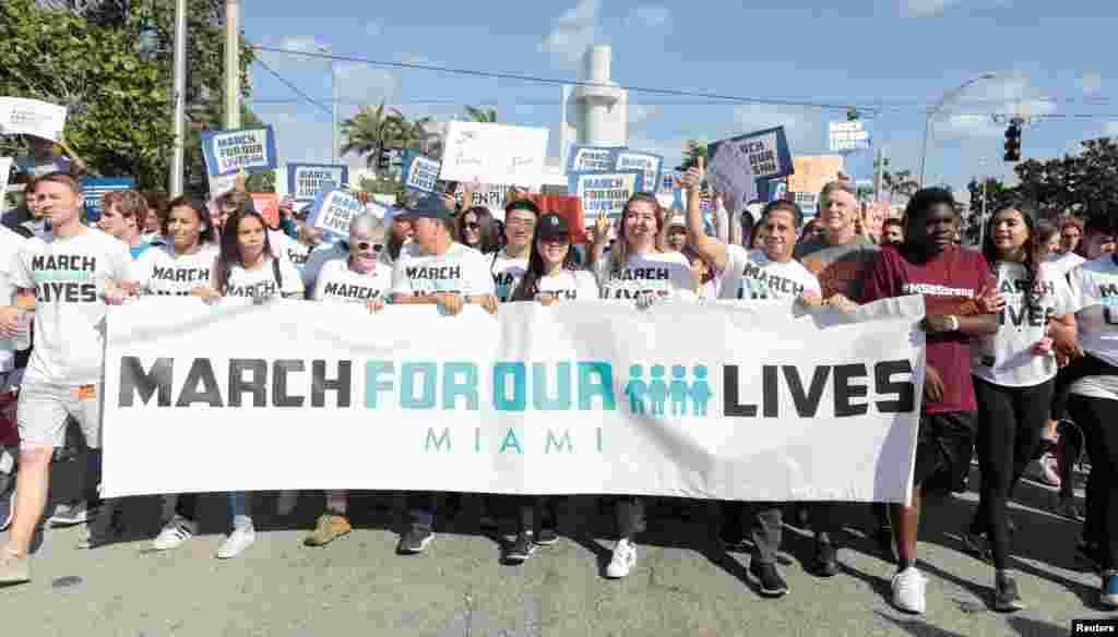 شرکت مردم و دانش آموران در میامی فلوریدا با در دست داشتن بنر «راهپیمایی برای زندگی» در راهپیمایی اعتراضی به قوانین کنترل اسلحه در آمریکا