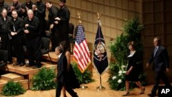 Barack Obama, Michelle Obama, George W. Bush et Laura Bush, auditorium du Meyerson Symphony Center,Dallas, le 12 juillet 2016. (AP Photo/Eric Gay)