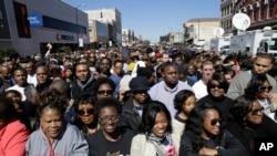 塞尔玛的民众聚集在美国总统奥巴马即将要发表讲话的讲台附近。