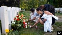Ljudi polažu cveće na groblju palih poljskih vojnika posle komemoracije povodom 80-godišnjice početka Drugog svetskog rata.
