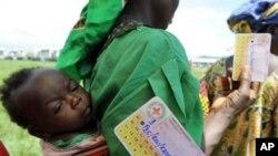 Une déplacée de la RDC dans un centre de distribution de vivres de la Croix Rouge à Bweremana, dans le Nord-Kivu (Archives)